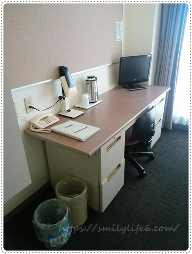 机とポットとテレビ